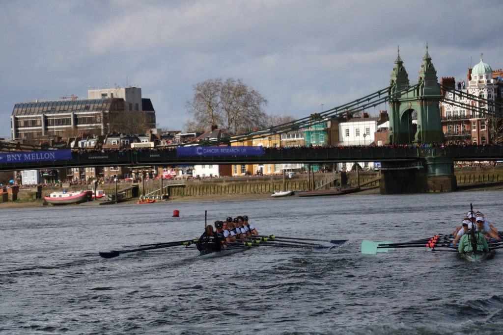 Both crews looking good before Hammersmith Bridge. Pic by Ian Howell.